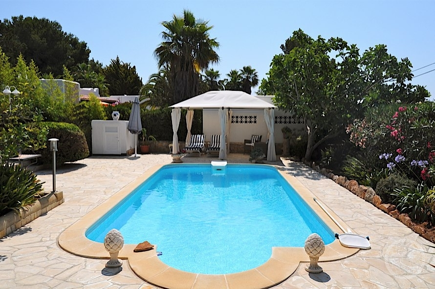 Villa in walking distance to the beach gould heinz for Ibiza country villas