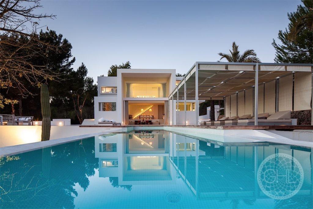 Stunning minimalist villa in prime location