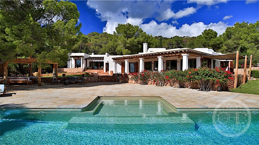 Stunning luxury villa in prime location
