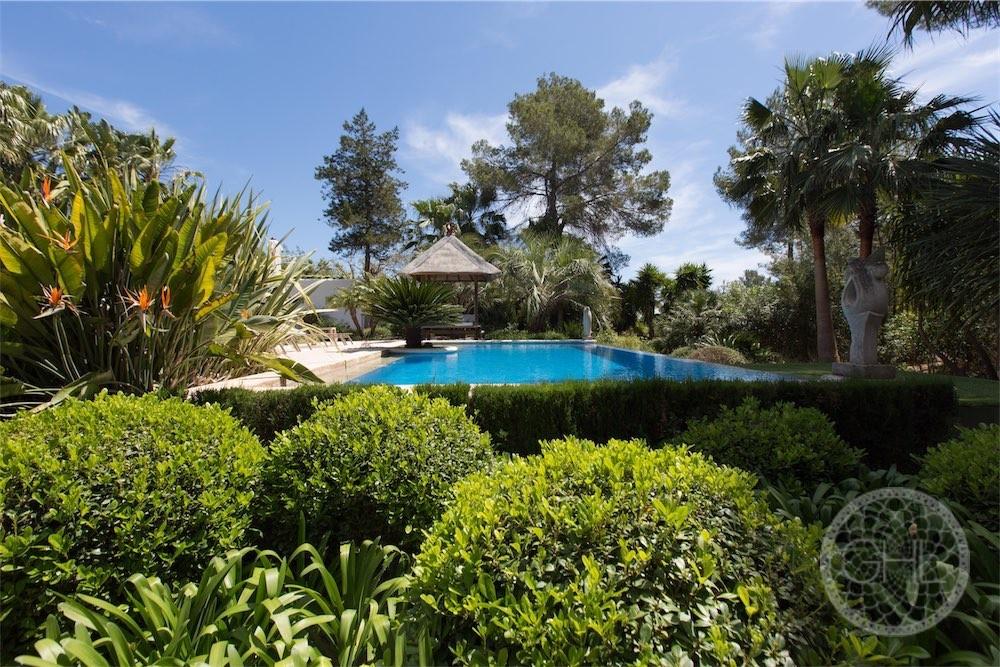 Villa moderne avec un jardin fabuleux