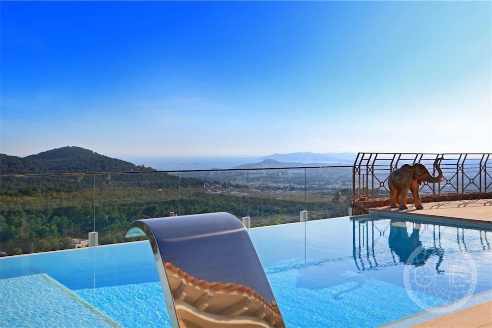 Villa de luxe avec des vues spectaculaires dans l'urbanisation en toute sécurité