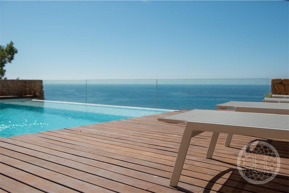 Villa moderna en lugar seguro con impresionantes vistas al mar