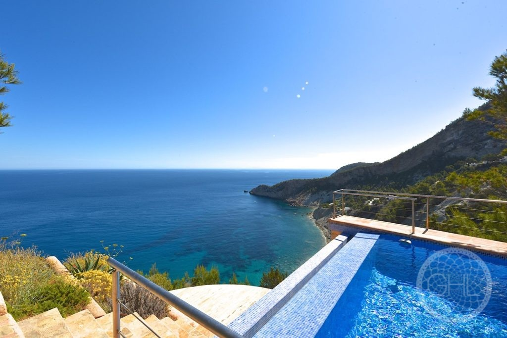 Jaw-dropping cliff edge property