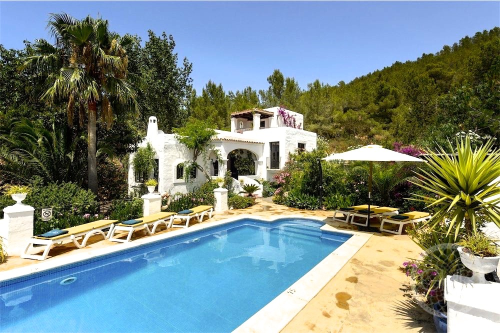 Beautiful country villa with rental license in gorgeous natural surrounding