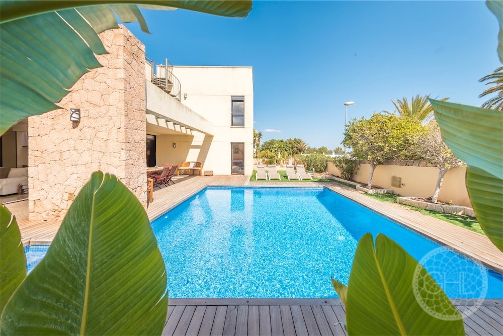 Modern villa with tourist rental license close to the sea