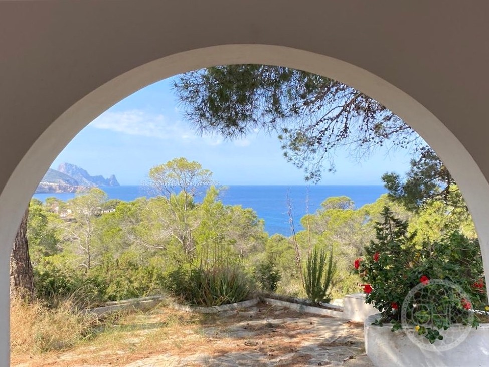 Villa to reform with  splendid sea views and 200 meters of coastline