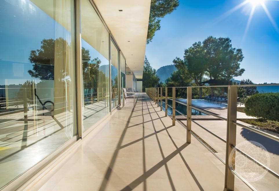 Elegant contemporary Bruno Erpicum villa in Cala Tarida