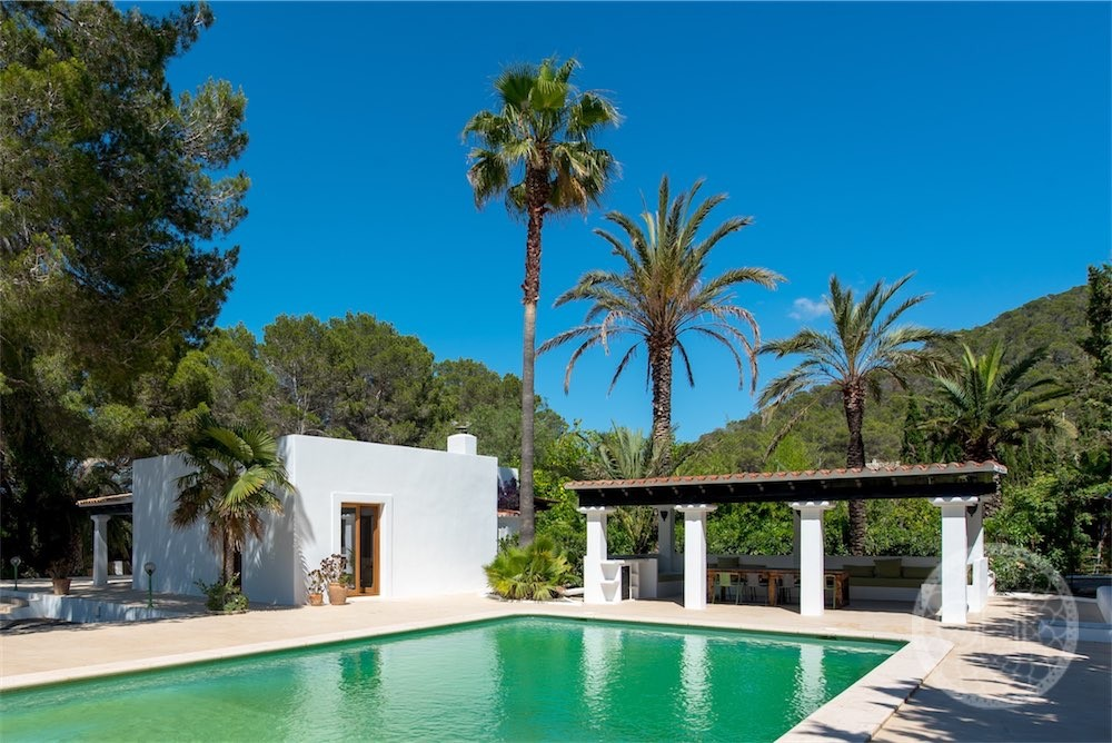 Fabulous villa with guest house in nature