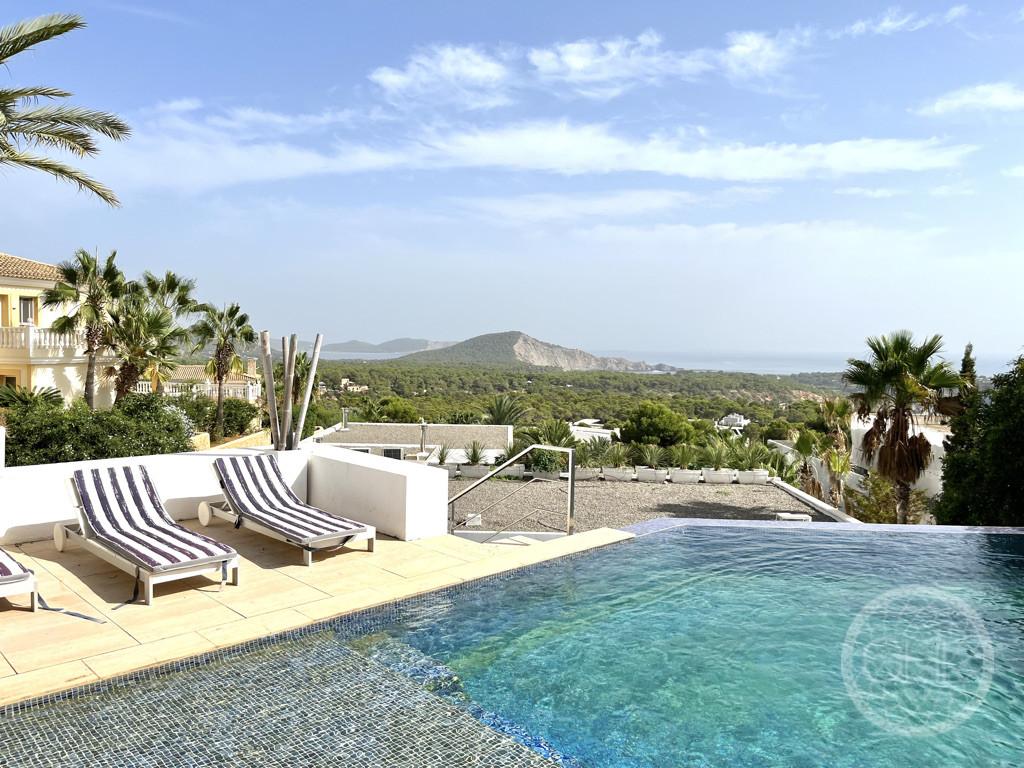 Fabulosa villa con vistas al mar en exclusiva residencia en Es Cubells